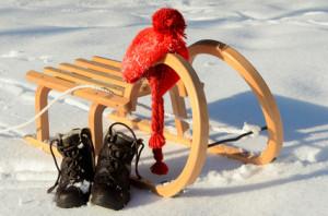 Holzschlitten und Schuhe