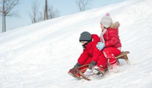 Kinder auf Holzschlitten